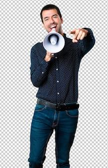 Homem bonito, segurando um megafone
