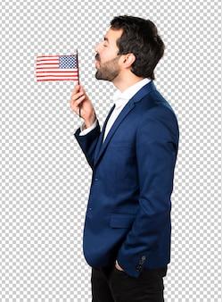 Homem bonito, segurando uma bandeira americana