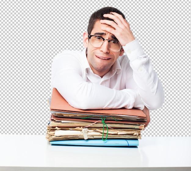 Homem cansado com arquivos