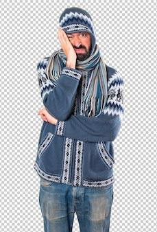 Homem cansado com roupas de inverno