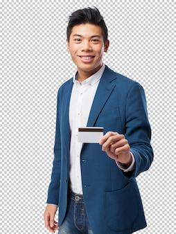 Homem chinês com cartão de crédito
