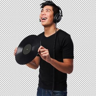 Homem chinês com fones de ouvido e vinil