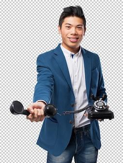 Homem chinês falando com telefone