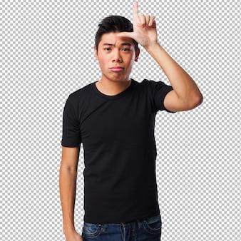 Homem chinês fazendo um gesto mais solto