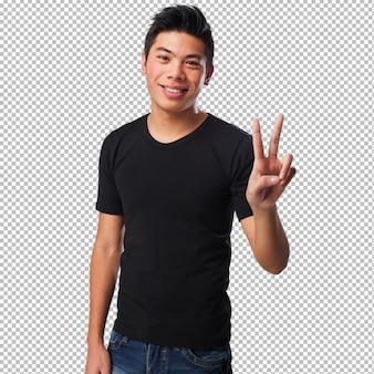 Homem chinês fazendo um sinal de vitória
