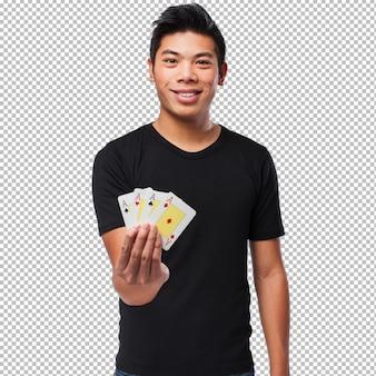 Homem chinês, jogando poker