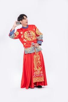 Homem chinês segurando modelo de cartão de crédito em branco