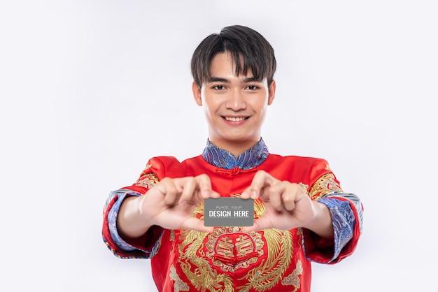 Homem chinês segurando modelo de cartão de crédito em branco Psd grátis