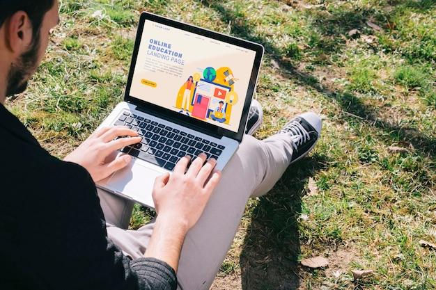 Homem close-up, estudar, ao ar livre