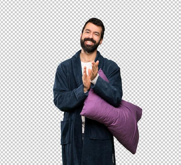 Homem com barba de pijama aplaudindo após apresentação em uma conferência