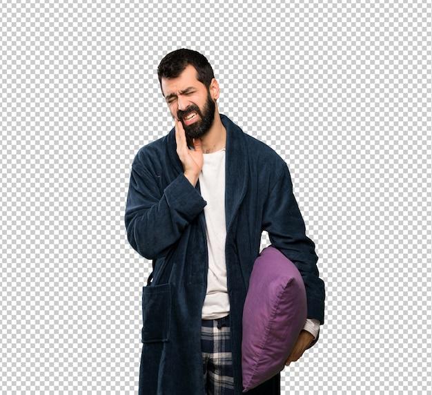 Homem com barba de pijama com dor de dente