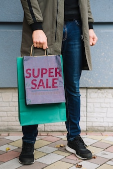 Homem, com, bolsas para compras, em, cidade