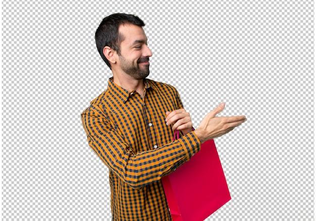 Homem, com, bolsas para compras, handshaking, após, bom negócio