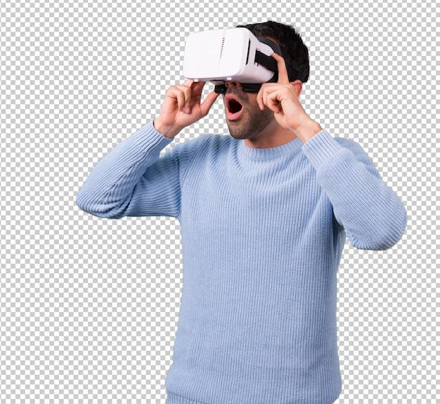 Homem com camisola azul usando óculos vr. experiência de realidade virtual