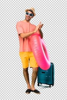 Homem com chapéu e óculos de sol em suas férias de verão aplaudindo após apresentação em uma conferência