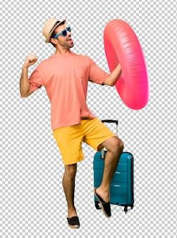 Homem com chapéu e óculos de sol em suas férias de verão gosta de dançar enquanto ouve música em uma festa