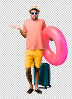Homem, com, chapéu, e, óculos de sol, ligado, seu, verão, férias, tendo, dúvidas, e, confundir, rosto, expressão, enquanto, levantamento, mãos ombros conceito incerto