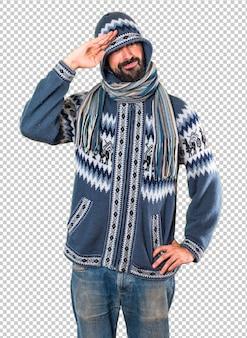 Homem, com, inverno, roupas, saudando