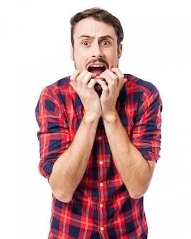 Homem com mãos na boca