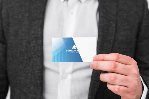 Homem com maquete de cartão de visita