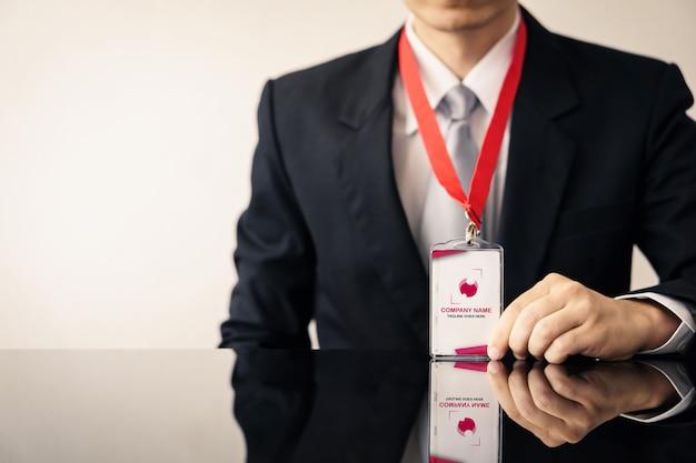 Homem com maquete do cartão de identificação