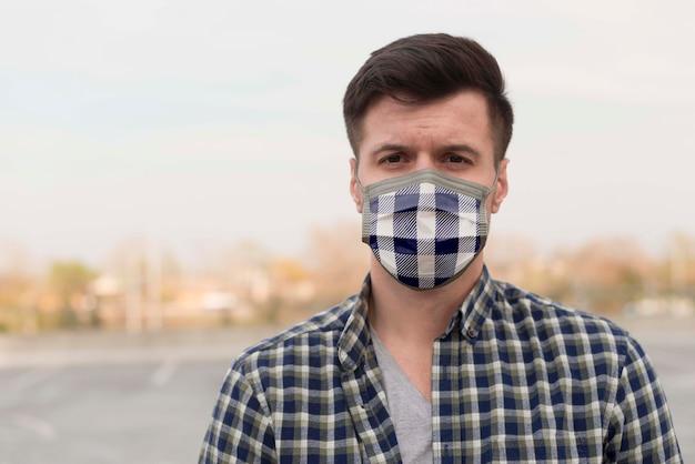Homem com máscara de tecido no rosto