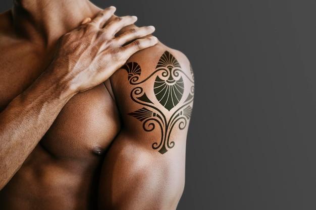 Homem com tatuagem no braço