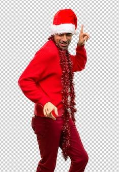 Homem, com, vermelho, roupas, celebrando, a, natal, feriados, desfrute, dançar, enquanto, escutar