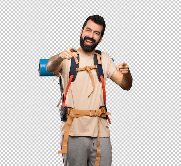 Homem de alpinista aponta o dedo para você enquanto sorrindo