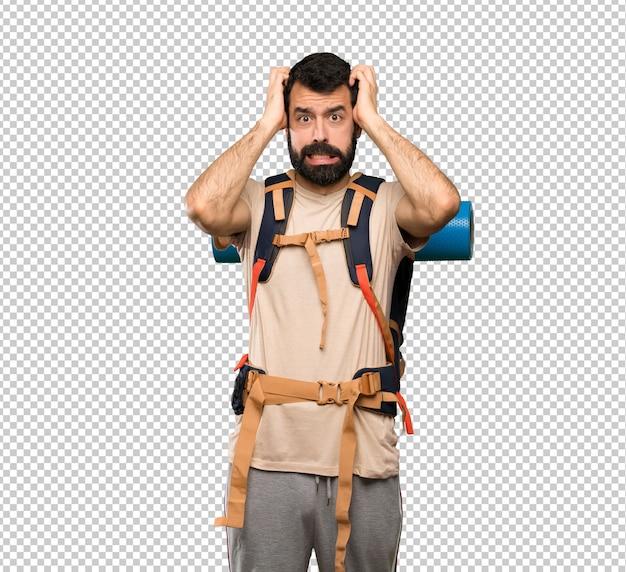 Homem de alpinista frustrado e leva as mãos na cabeça