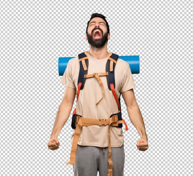 Homem de alpinista gritando para a frente com a boca aberta