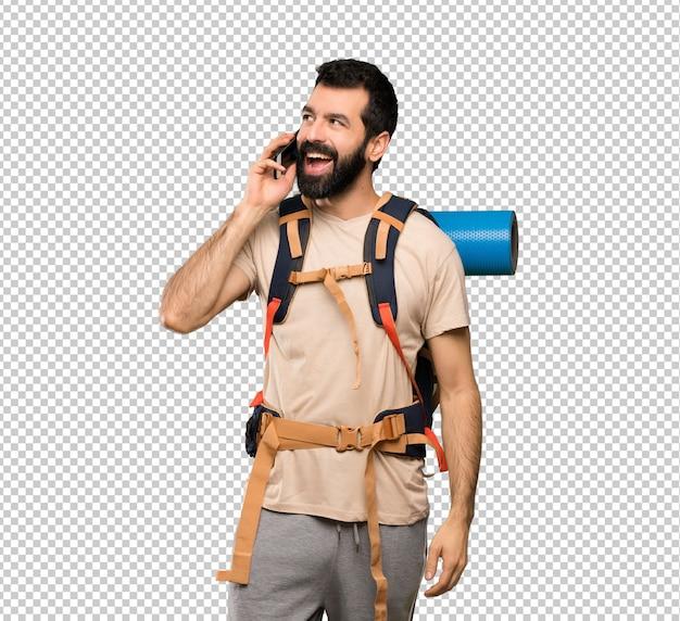 Homem de alpinista, mantendo uma conversa com o telefone móvel