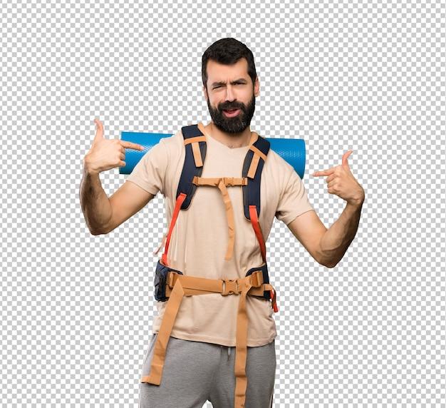 Homem de alpinista orgulhoso e auto-satisfeito