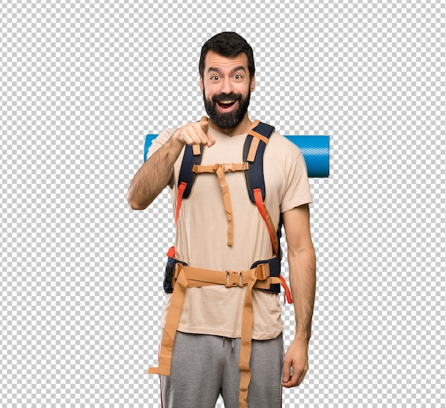 Homem de alpinista surpreso e apontando a frente