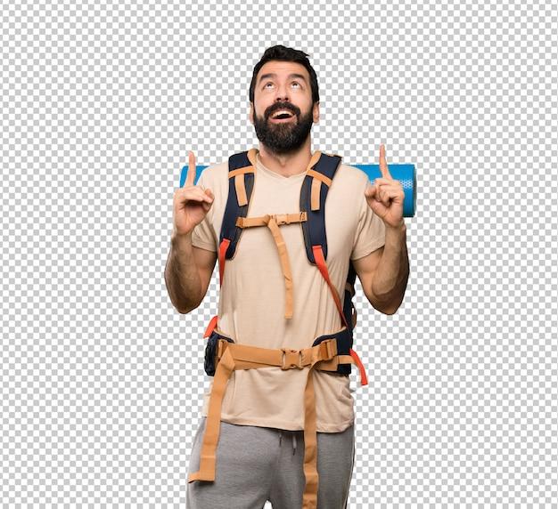 Homem de alpinista surpreso e apontando para cima