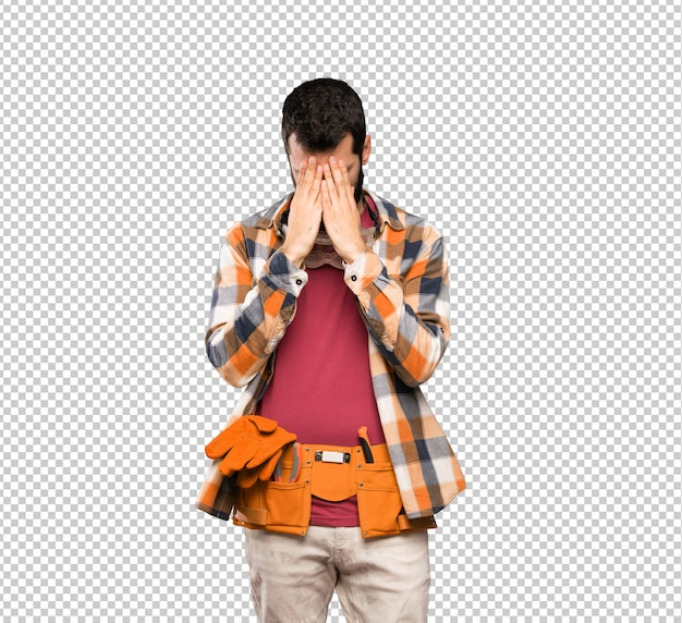 Homem de artesãos com expressão cansado e doente