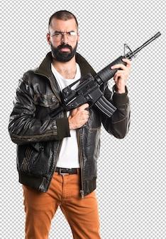 Homem de cafetão segurando um rifle