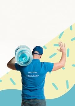 Homem de entrega de costas segurando uma garrafa de água