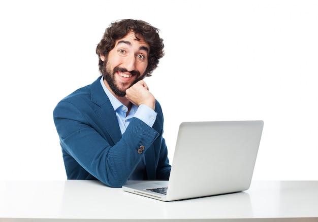 Homem de negócios feliz no local de trabalho