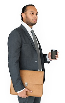 Homem de negócios indiano segurando saco e café