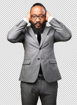 Homem de negócios preto cobrindo os ouvidos