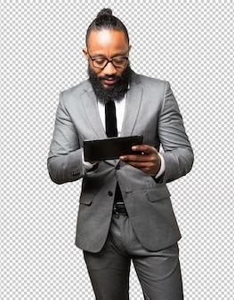 Homem de negócios preto com um tablet
