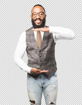 Homem de negócios preto mostrando um produto