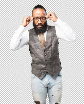 Homem de negócios preto segurando seus óculos