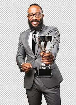 Homem de negócios preto segurando um troféu