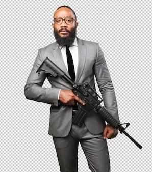 Homem de negócios preto segurando uma metralhadora