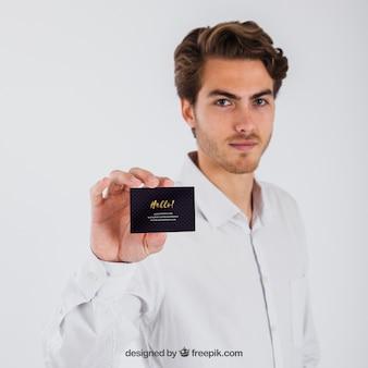 Homem de negócios que mostra o cartão de visita