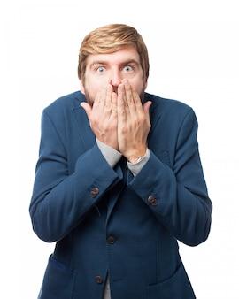Homem de negócios surpreendido que cobre sua boca