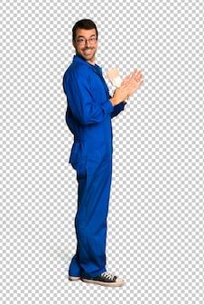 Homem de pintor aplaudindo após apresentação em uma conferência
