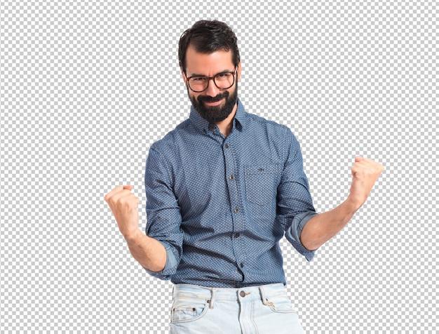 Homem de sorte jovem hipster sobre fundo branco